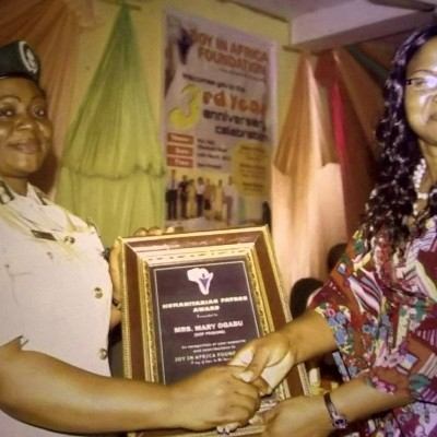 Mrs Evelyn Balogun, Chairperson presenting awards